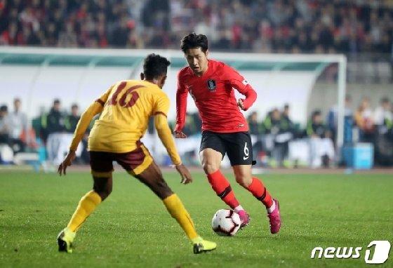 패스를 시도하는 이강인(오른쪽). /사진=뉴스1