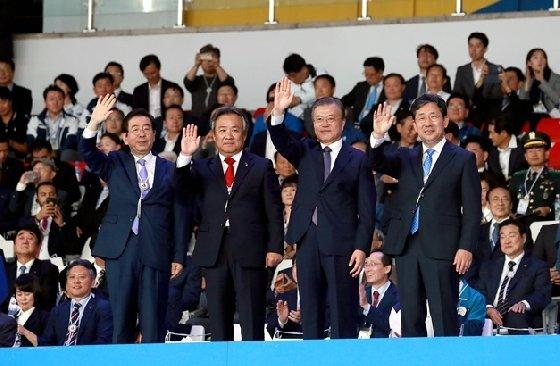 지난 4일 제100회 전국체육대회 개회식에 참석한 이기흥(왼쪽 2번째) 대한체육회장과 문재인(오른쪽 2번째) 대통령.  /사진=대한체육회
