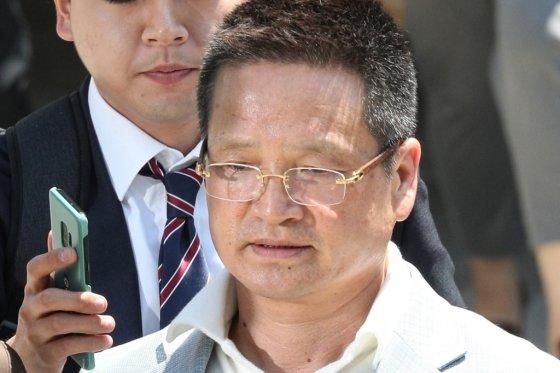 '김학의 사건'의 핵심 인물인 건설업자 윤중천씨(58)가 22일 오후 서울 서초구 서울중앙지방법원에서 열린 구속 전 피의자심문(영장실질심사)을 마친 뒤 청사를 나서고 있다./사진=뉴시스<br />