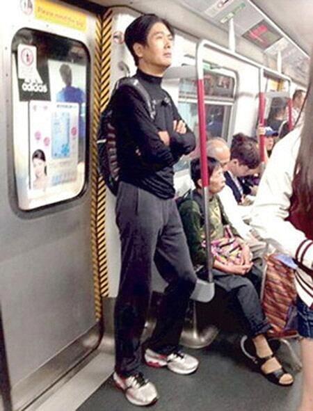평소 지하철을 이용하는 주윤발의 모습/사진=온라인 커뮤니티