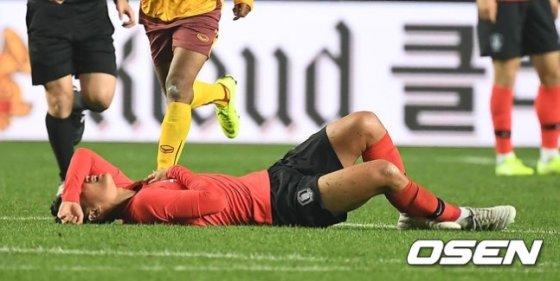 지난 10일 백승호가 스리랑카 선수에게 가슴을 가격당한 뒤 그라운드에 쓰러져 고통을 호소하고 있다./사진=OSEN