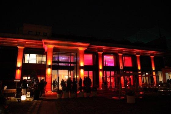 반얀트리 클럽 앤 스파 서울의 '더 페스타'가 핼러윈데이를 맞아 건물 전체를 붉은 조명과 다양한 핼러윈 데이 소품으로 꾸민다. /사진=반얀트리