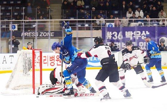 안양 한라(푸른 유니폼)와 하이원(흰색-검은색 유니폼)의 경기 장면. /사진=대한아이스하키협회 제공<br /> <br />