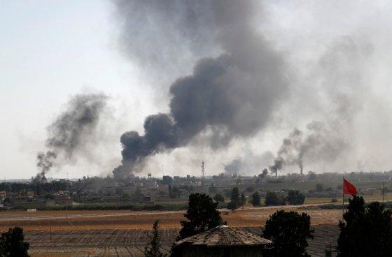10일(현지시간) 시리아 텔아비야드에 터키군이 공습을 강행하면서 도시가 연기에 휩싸였다/사진=로이터