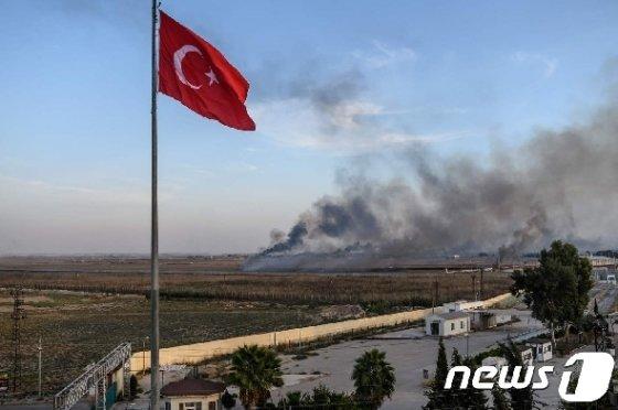 버릴 땐 언제고… 트럼프, 터키-쿠르드 중재 나서나