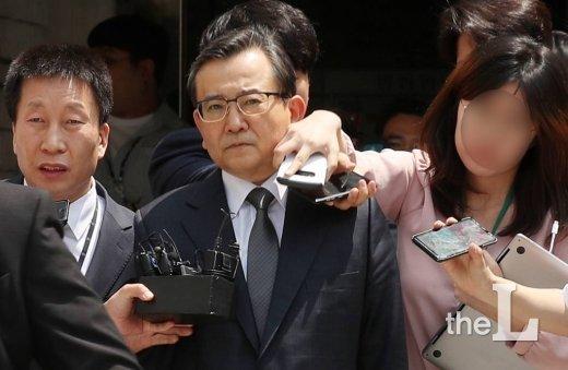 1억 6천여만 원의 뇌물 수수 혐의를 받는 김학의 전 법무부 차관이 16일 오후 서초구 서울중앙지방법원에서 진행된 영장실질심사를 마친 뒤 나서고 있다. / 사진=김휘선 기자 hwijpg@