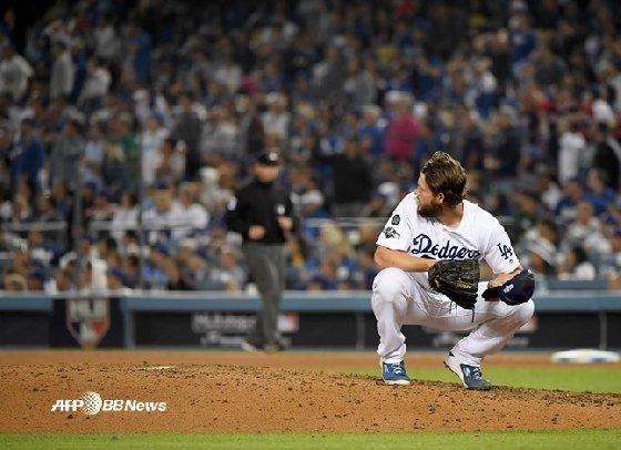 다저스 클레이튼 커쇼가 10일(한국시간) 워싱턴전 8회 후안 소토에게 홈런을 맞은 뒤 타구를 바라보고 있다. /AFPBBNews=뉴스1