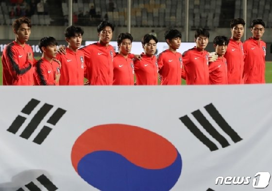 한국 U-22 대표팀이 애국가를 제창하는 모습. /사진=뉴스1