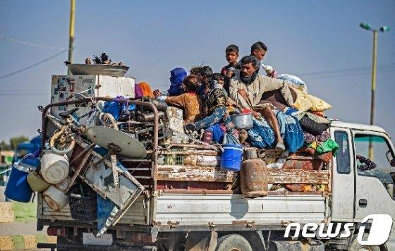 집을 버리고 대피하고 있는 시리아 북동부 주민들의 모습/ AFP=뉴스1