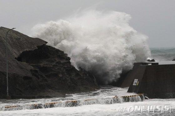 12일 일본 미에현 구마노항에 제19호 태풍 하기비스의 영향으로 대형 파도가 방파제를 때리고 있다./사진=AP(뉴시스)