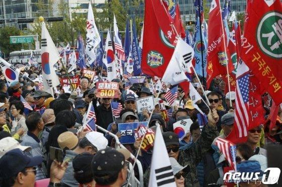 지난 9일 오후 서울 종로구 광화문광장 일대에서 열린 범국민투쟁본부 '대한민국 바로세우기 국민대회'를 마친 참가자들이 조국 법무부 장관 사퇴를 촉구하며 청와대 방향으로 행진하고 있다.  /사진=뉴스1
