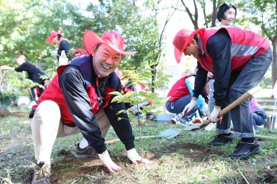 김태영 은행연합회장(왼쪽에서 첫 번째)과 사원은행 임직원 등이 10일 '은행이 함께하는 공원의 친구되는 날' 자원봉사에서 미세먼지 저감을 위한 나무심기 봉사활동을 하고 있다. / 사진제공=은행연합회