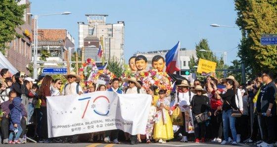 지난 12일 서울 이태원 관광특구 일대에서 열린 '2019 이태원 지구촌 축제'에서 퍼레이드가 진행되고 있다./사진제공=용산구