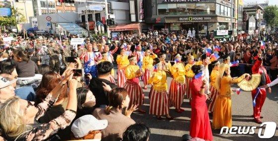 12일 서울 용산구 이태원 일대에서 열린 '2019 이태원 지구촌축제'에서 각국 참가단이 퍼레이드를 하며 열띤 공연을 펼치고 있다./사진=뉴스1