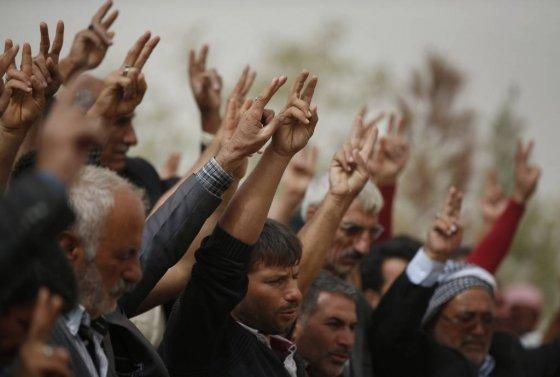 【수르크=AP/뉴시스】전쟁 중 목숨을 잃은 쿠르드족 전사들을 위해 열린 장례식 모습.
