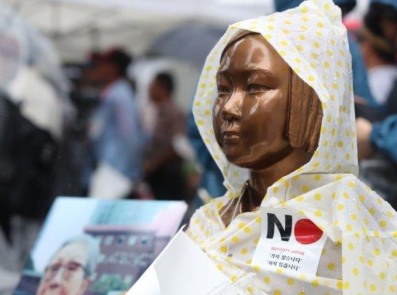 광복절인 15일 오전 서울 종로구 구 일본대사관 앞의 소녀상에 일본 불매운동을 상징하는 스티커가 붙어있다./사진=뉴시스