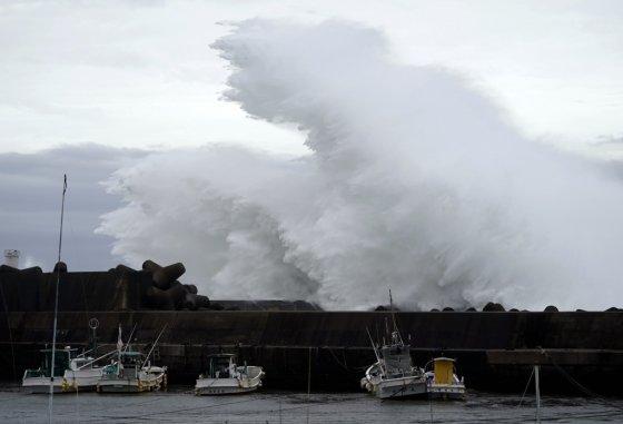 11일 일본 미에현 남부 기호에 제19호 태풍 하기비스의 영향으로 대형 파도가 방파제를 때리고 있다./사진=뉴시스