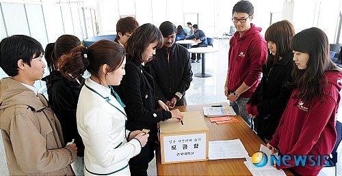 2011년 동일본대지진 당시 성금을 모금하는 대학생들./사진=뉴시스