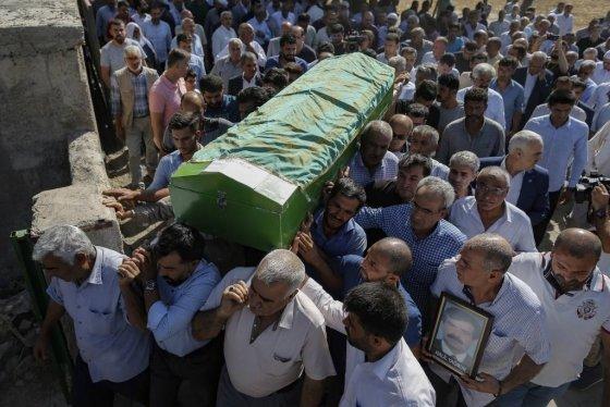 12일(현지시간) 터키-시리아 접경 지역인 터키 남동부 수르츠 마을에서 시리아 주둔 쿠르드 민병대의 박격포 반격으로 숨진 주민들에 대한 장례식이 열려 조문객들이 희생자 관을 운구하고 있다.   미국을 비롯한 국제사회는 쿠르드족에 대한 터키의 공격 중단을 요청했지만, 시리아 국경 지역에서 30km까지 진군해 안전지대를 설치하겠다는 터키는 공격의 고삐를 늦추지 않고 있다. /AP=뉴시스