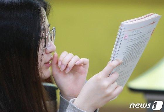 2020학년도 대학수학능력시험 모의평가가 시작되기 전 마무리 공부를 하고 있는 고3 수험생. 2019.6.3/뉴스1 © News1 신웅수 기자