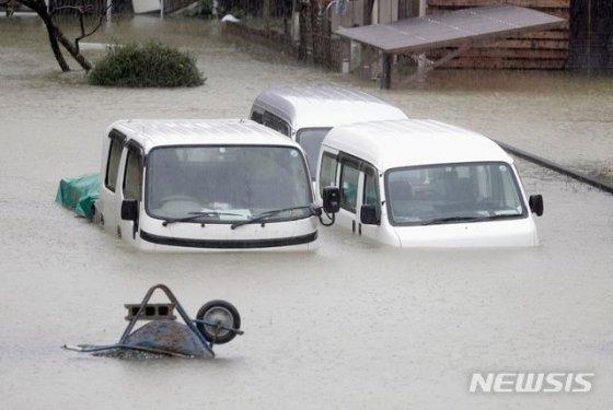 60년 만에 가장 강력한 태풍으로 꼽히는 제19호 하기비스가 12일 일본열도에 상륙하면서 도쿄 수도권 곳곳에서 폭우에 따른 범람이 일어났다. 침수로 오도가도 못하는 자동차들이 주인을 잃은 채 방치돼있다. 2019.10.13/사진=뉴시스