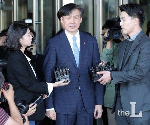 사의를 표명한 조국 법무부 장관이 14일 오후 경기 과천 법무부 청사 앞에서 입장을 밝히고 있다. / 사진=김창현 기자 chmt@