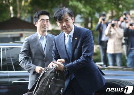 사의를 표명한 조국 법무부 장관이 14일 오후 경기 과천시 법무부 청사를 떠나 서울 서초구 방배동 자택에 들어서고 있다.  2019.10.14/뉴스1 © News1 성동훈 기자