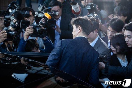 사의를 표명한 조국 법무부 장관이 14일 오후 정부과천청사 법무부를 나서고 있다. © News1 유승관 기자