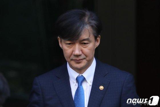 조국 법무부장관이 휴일인 지난 13일 서울 방배동 자택을 나서고 있다./사진=뉴스1