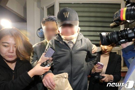 '웅동학원 비리' 의혹을 받고 있는 조국 법무부 장관 동생 조모씨가 9일 오전 구속영장이 기각돼 경기도 의왕시 서울구치소를 나서고 있다.  News1 조태형 기자