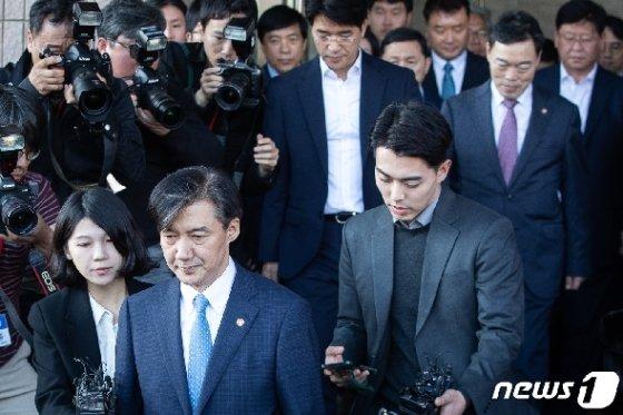 사의를 표명한 조국 전 법무부 장관이 지난 14일 오후 정부과천청사 법무부를 나서고 있다. /뉴스1 © News1 유승관 기자