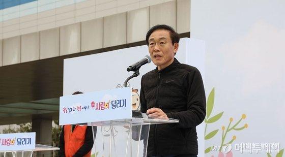 김기남 삼성전자 DS(디바이스솔루션)부문장 부회장이 지난 4월 화성캠퍼스에서 열린 제41회 '사랑의 달리기'에서 인사말을 하고 있다./사진제공=삼성전자