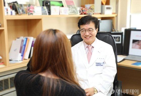 상담중인 정진호 교수/사진=함혜강에디터