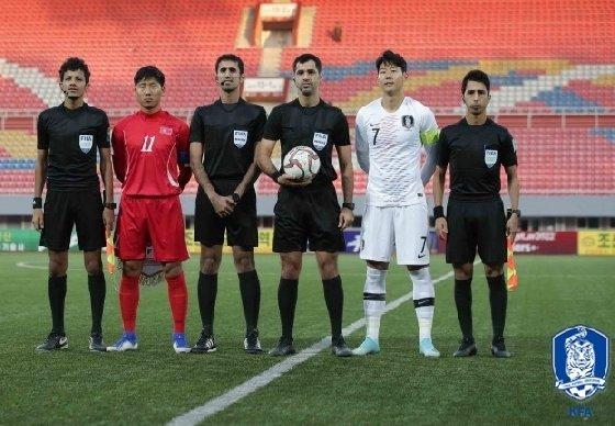 북한 주장 정일관(왼쪽에서 두 번째)와 한국 주장 손흥민(오른쪽에서 두 번째) 및 경기를 관장한 카타르 심판진들. /사진=대한축구협회 제공