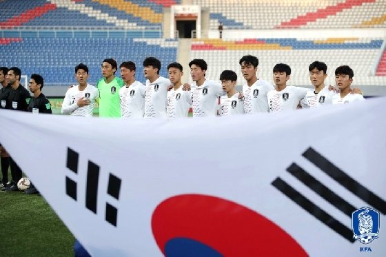 평양에 펼쳐진 태극기 앞에서 애국가를 부르는 대표팀 선수단. /사진=대한축구협회 제공