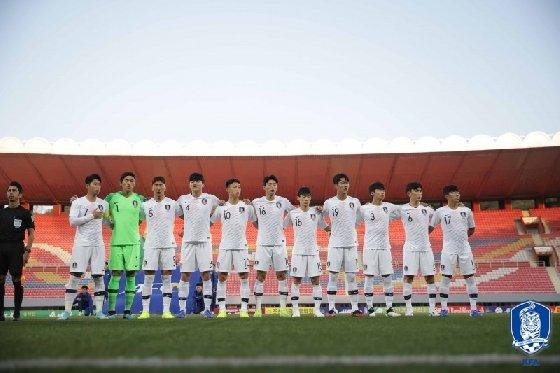 한국 선수들이 경기 전 평양 김일성 경기장에서 애국가를 부르고 있다. /사진=대한축구협회 제공