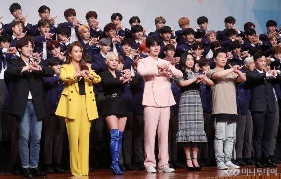 30일 오후 서울 여의도 63컨벤션센터에서 열린 엠넷 '프로듀스X101' 제작발표회에서 출연진이 포즈를 취하고 있다. / 사진=홍봉진 기자 honggga@