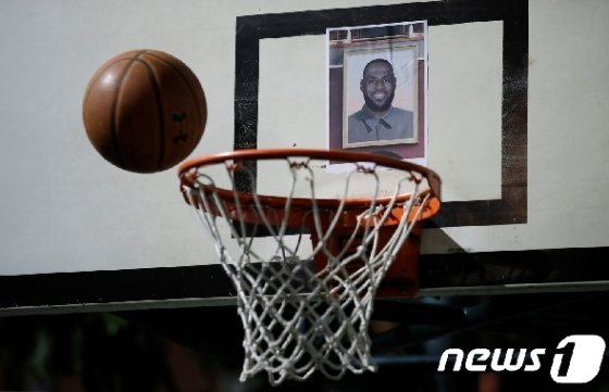 홍콩의 시민들이 NBA의 스타인 르브론 제임스의 얼굴을 농구 백보드에 달아 놓고 그를 맞히는 게임을 하고 있다. © 로이터=뉴스1 © News1 박형기 기자