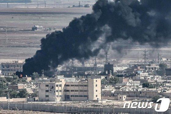 (제일란프나르 AFP=뉴스1) 우동명 기자 = 지난 13일(현지시간) 터키군의 시리아 북동부 지역 쿠르드족에 대한 공격으로 국경도시 라스 알-아인에서 연기가 솟아오르고 있다.  © AFP=뉴스1  <저작권자 © 뉴스1코리아, 무단전재 및 재배포 금지>