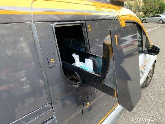 픽업 장소에 도착한 자율주행 차량. 주문자가 QR코드를 차량 옆면에 갖다 대면 수납고가 자동으로 열린다./사진=이강준 기자