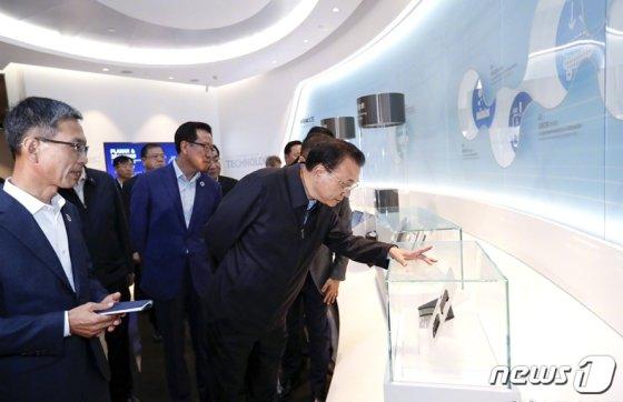 리커창(李克强) 중국 총리가 14일 전격적으로 중국 산시성 시안(西安) 있는 삼성전자 반도체 공장을 시찰했다.(중국정부망 캡처)2019.10.15/뉴스1   <저작권자 © 뉴스1코리아, 무단전재 및 재배포 금지>