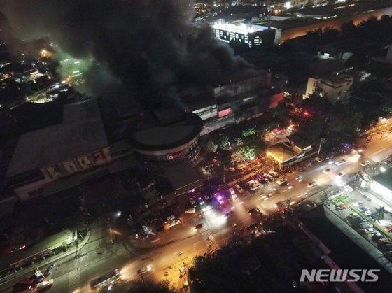 16일(현지시간) 필리핀 남부 코타바토주 산토스 시에서 지진으로 한 쇼핑몰에 화재가 발생해 검은 연기가 솟구치고 있다./사진=뉴시스