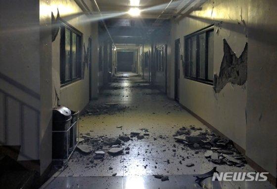 16일(현지시간) 필리핀 남부 민다나오섬 다바오델수르 주 디고스의 한 건물 복도가 지진으로 파손돼 있다./사진=뉴시스