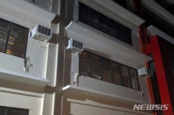 16일(현지시간) 필리핀 남부 민다나오섬 다바오델수르 주 디고스의 한 건물 외벽이 갈라져 있다.