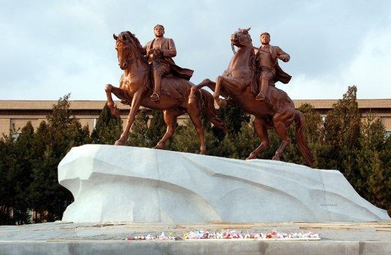 평양 만수대 창작사 앞 건립된 김일성-김정일 부자의 기마 동상 /사진=우리민족끼리