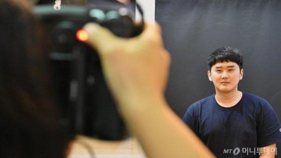 20대 취준생의 영정사진을 찍고 있는 홍산 작가. /사진=이상봉 기자
