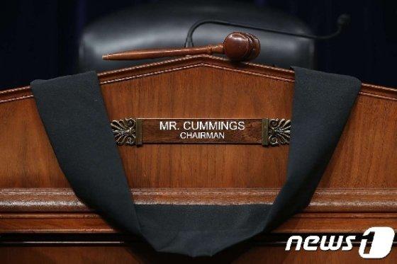 일라이자 커밍스(민주·메릴랜드) 하원 정부개혁감독위원장을 추모하는 검은 리본. © AFP=뉴스1