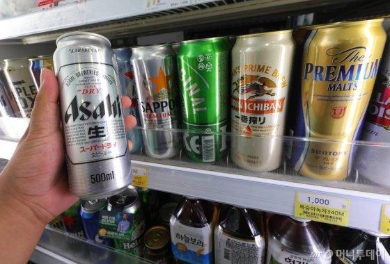GS25와 CU, 세븐일레븐, 이마트24 등 편의점 업계가 다음달부터 맥주할인 행사에 일본맥주를 제외하기로 하면서 아사히 등 일본맥주의 점유율이 더 떨어질 전망이다. 29일 오전 서울 중구의 한 편의점에 아사히 맥주를 비롯한 일본산 맥주가 판매되고 있다./사진=뉴시스