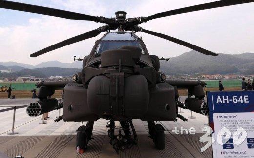 경기도 성남 서울공항에서 열리고 있는 서울 국제 항공우주 및 방위산업 전시회(서울 ADEX 2019) 야외 전시장에 공격헬기 AH-64가 전시돼 있다. / 사진=김휘선 기자 hwijpg@