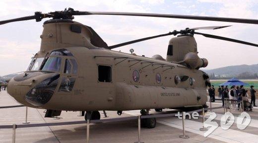 경기도 성남 서울공항에서 열리고 있는 서울 국제 항공우주 및 방위산업 전시회(서울 ADEX 2019) 야외 전시장에 CH-47이 전시돼 있다. / 사진=김휘선 기자 hwijpg@